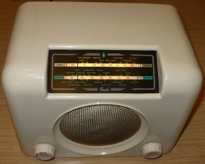 Ivory Bush DAC90A vintage Bakelite radio green dial glass