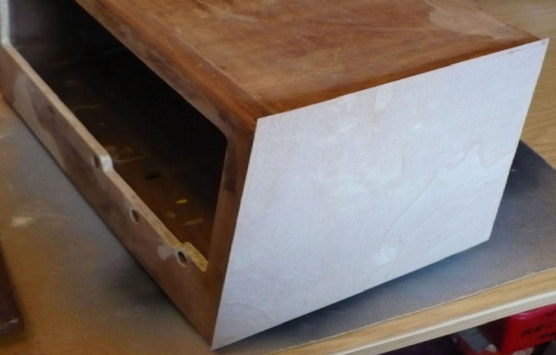 Veneer in plave on cabinet